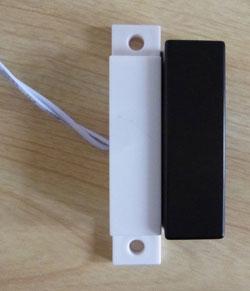 大型磁石とドアの閉め忘れ確認用磁気センサー